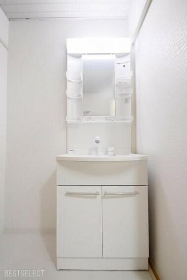 洗面化粧台 手を洗うだけでなく,手洗い洗濯やシャンプーなども行えるシャワー機能付洗面化粧台
