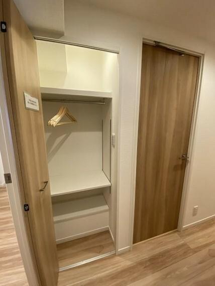 収納 コートなど収容できる廊下のクローゼット
