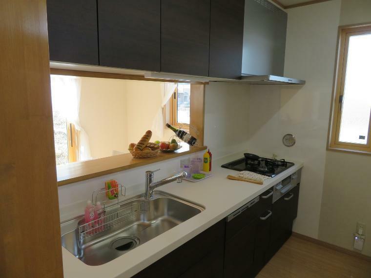 ダイニングキッチン 収納たくさんの高機能キッチン。3つ口コンロに可動式収納、食洗器付きのキッチン!!