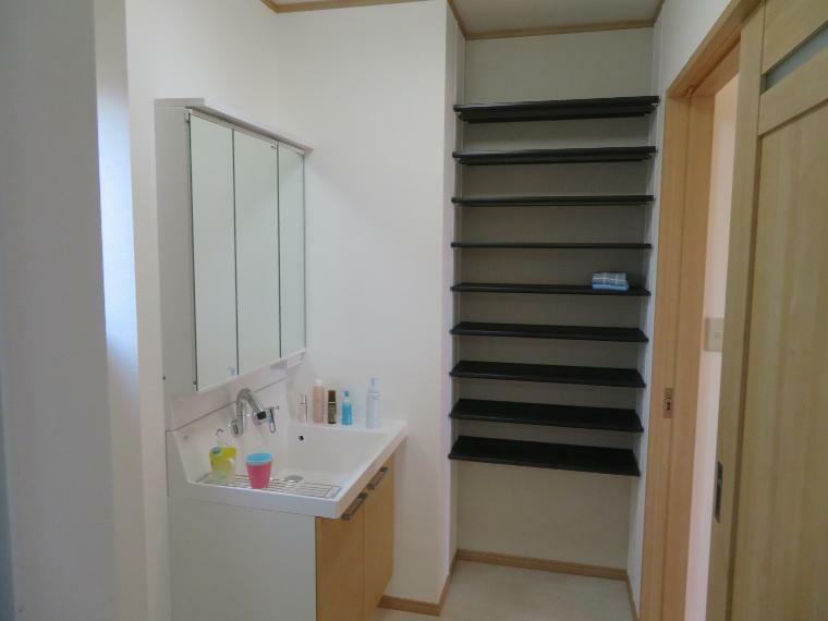 脱衣場 三面鏡の洗面化粧台。横の棚に収納できるスペースも確保されています!!