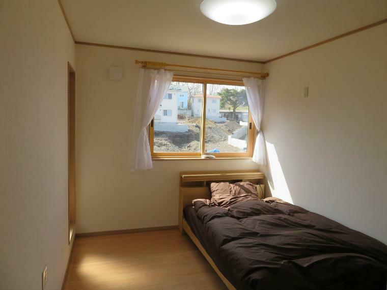 洋室 日当たりの良い洋室。横からバルコニーに繋がるようになっていて、気分転換にも良いです。
