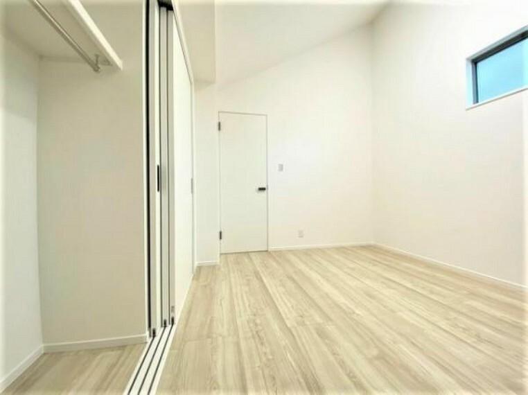 洋室 スライド式の収納扉で全開できます