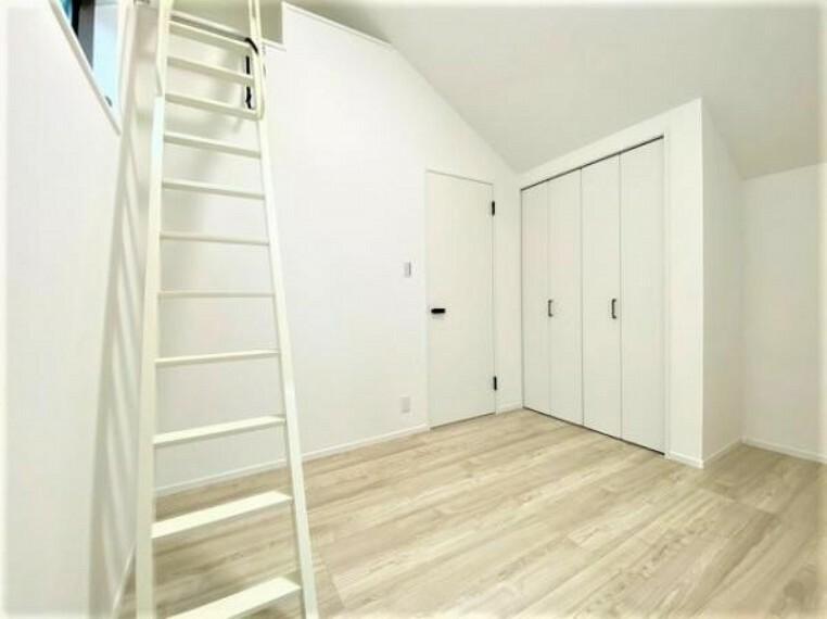 寝室 ロフトへ上がる階段があるお部屋です