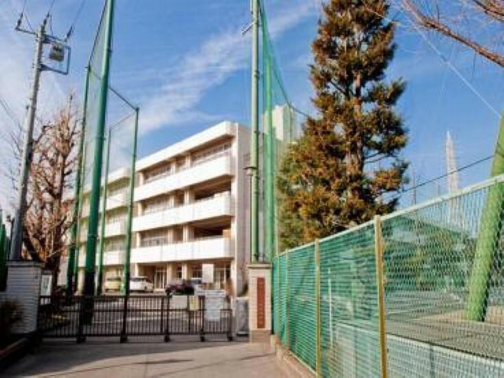 中学校 横浜市立六角橋中学校 校章は昭和22年に生徒の森圭三君の考案によるもの 橋の擬宝珠を六角にあしらい六角橋を表現し、中に中学校の中を入れたもの