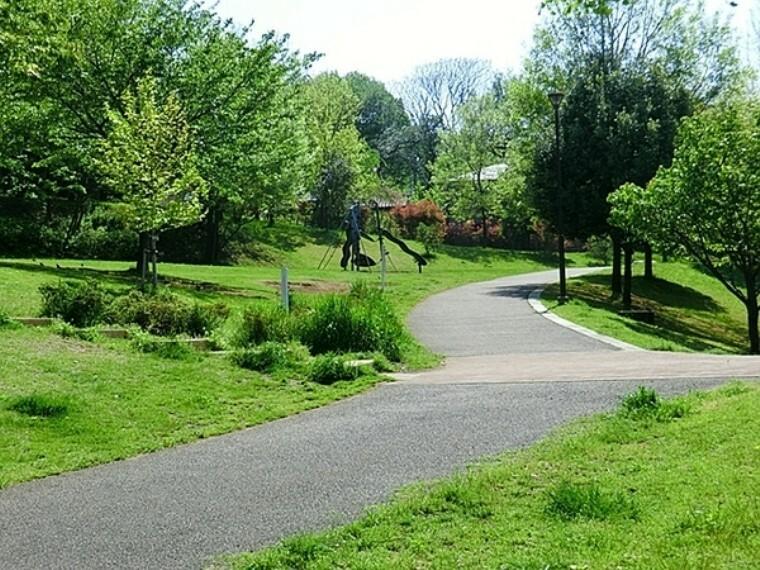 公園 片倉うさぎ山公園 草地が多く、遊歩道もあり広々。 砂地広場・幼児向けの遊具広場・林広場、トイレも砂地広場と幼児向け遊具広場の2ヶ所。