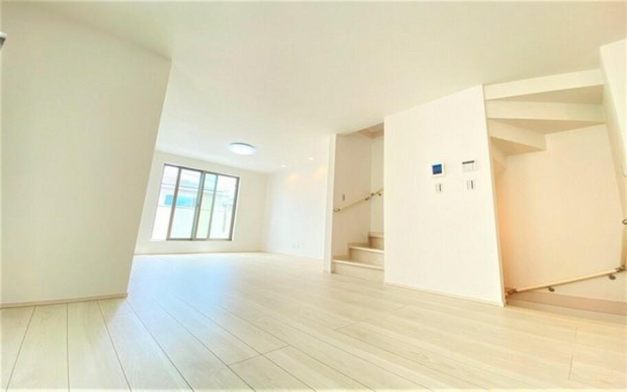居間・リビング メインの開口部である掃出し窓からは、温かい「光」がさんさんと差し込み、リビングでの一家団欒を明るく演出します。