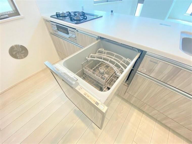 キッチン ビルトインタイプの食洗機。家族の食器を一度洗えてとても便利です!台所の生活感を隠せるのも良いですね。