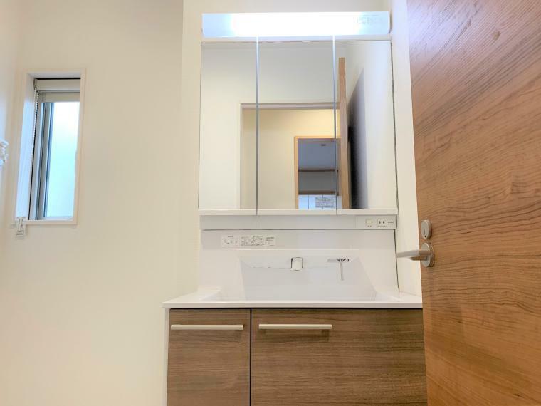 洗面化粧台 収納力と機能性に優れたお手入れラクラク三面鏡洗面化粧台です。朝の身支度もスムーズに!