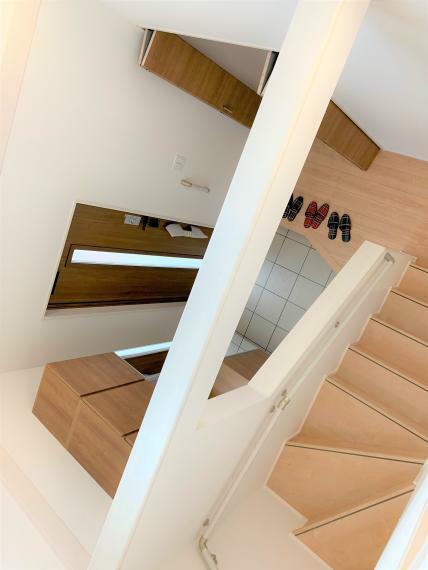 明るく開放的な吹抜け!階段は、手摺り付きで小さなお子様でも安心ですね