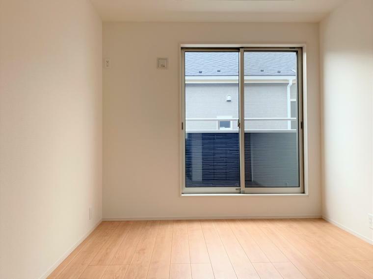 洋室 主寝室からはバルコニーへ出られます。お洗濯物を干すときや、取り込む際に便利ですね。