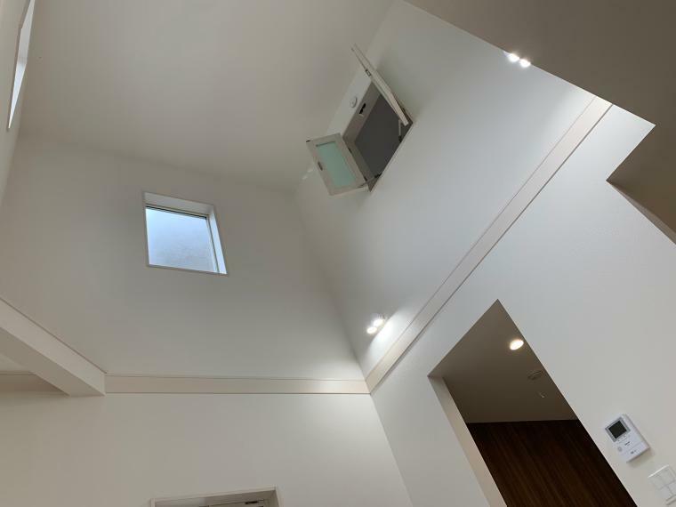 収納 リビングルームは明るく開放的な吹抜けになっております。