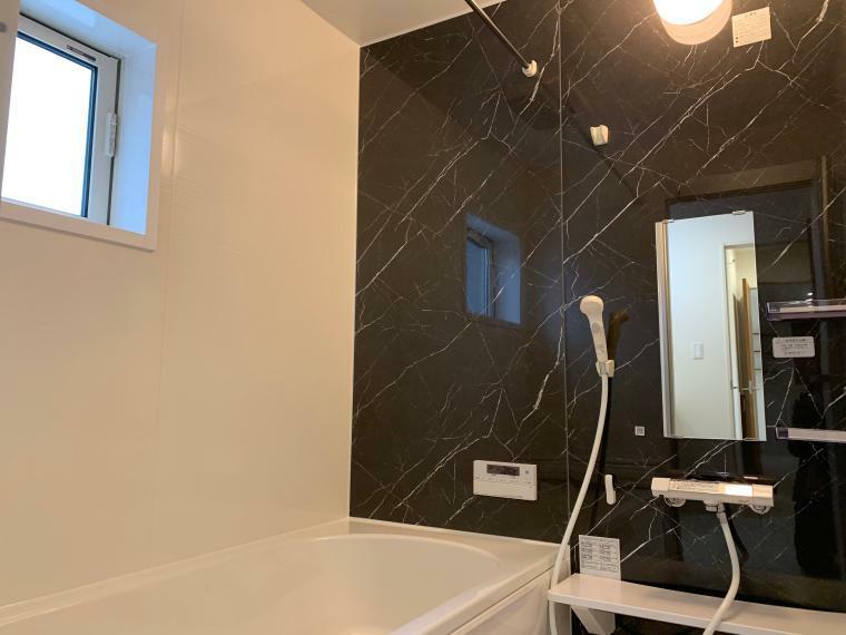 浴室 1坪以上広さを設けた浴室で、ゆったりバスタイム!お子様と一緒に入るにも充分な広さです。一日の疲れを癒せる空間