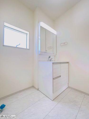 洗面化粧台 シャワー付き三面鏡洗面台。上部にも収納スペースがあり、小物がスッキリ片付きます