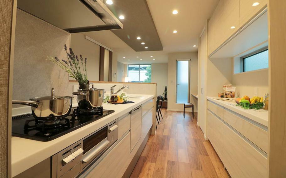 キッチン 施工例■2箇所のパントリーにカップボード、物があふれがちなキッチン周りもスッキリ片付きます。