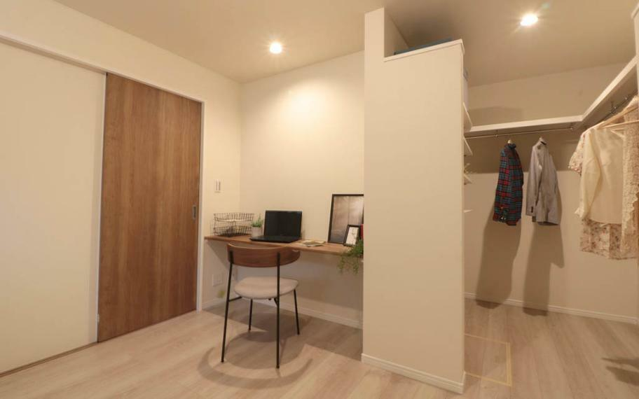 寝室 施工例■カウンターは書斎やドレッサーとして使ったりテレビを置いたりと多様な使い方ができます。