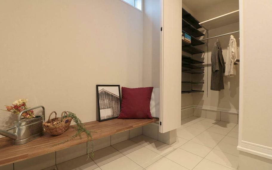 玄関 施工例■適材適所に収納スペースを確保し、いつでもスッキリ見える工夫も。日々生活のしやすさも考慮したスタイリッシュな住まいです。