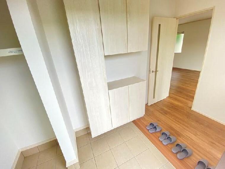 A号棟 玄関・・・土間収納があるので、玄関が散らかることもなく、整理整頓できます。