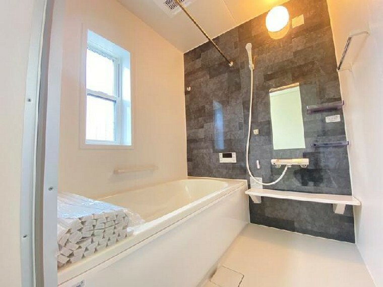 A号棟 浴室・・・浴室乾燥機付きなので、花粉の季節や雨の日のお洗濯物が助かります。また浴室の乾燥もできるので大変便利です。