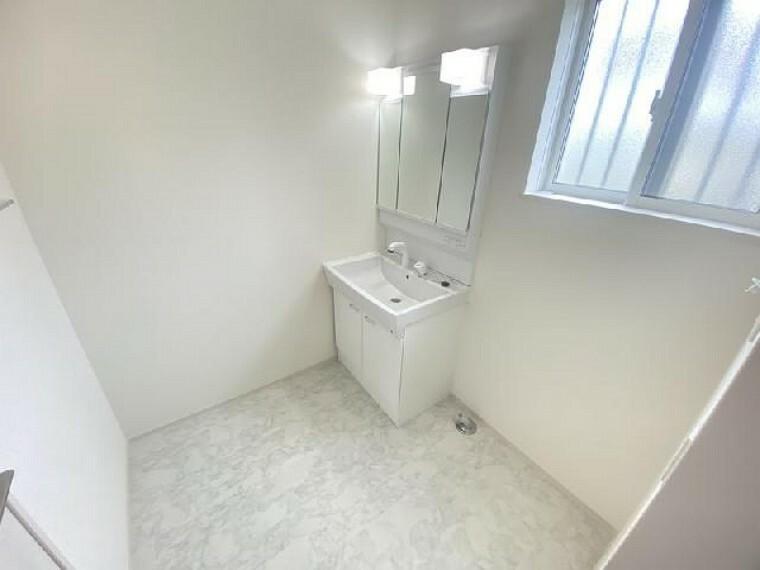 A号棟 洗面室・・・三面鏡となっているので、身だしなみのチェックなどもしやすいです。三面鏡内は収納になっているので、洗面周りはスッキリ整理できます。
