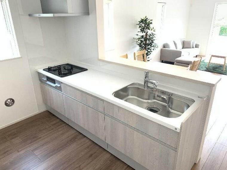 A号棟 キッチン・・・料理中や後片付けの間も家族との会話を楽しんだり、家族の様子がうかがえる対面式で、使いやすさにこだわったシステムキッチンです。