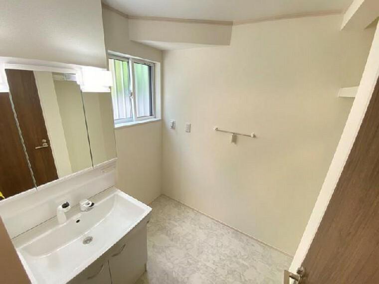 B号棟 洗面室・・・三面鏡となっているので、身だしなみのチェックなどもしやすいです。三面鏡内は収納になっているので、洗面周りはスッキリ整理できます。