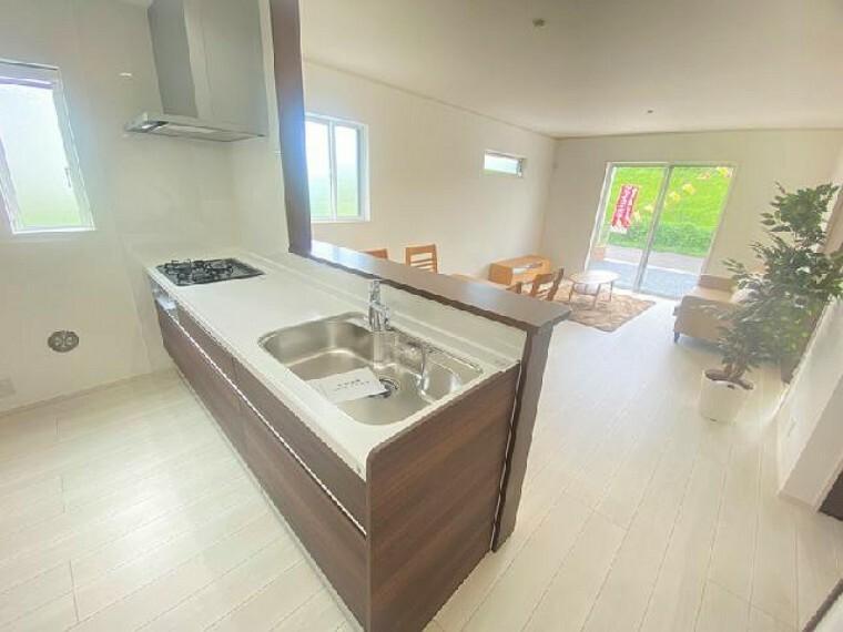 B号棟 キッチン・・・料理中や後片付けの間も家族との会話を楽しんだり、家族の様子がうかがえる対面式で、使いやすさにこだわったシステムキッチンです。