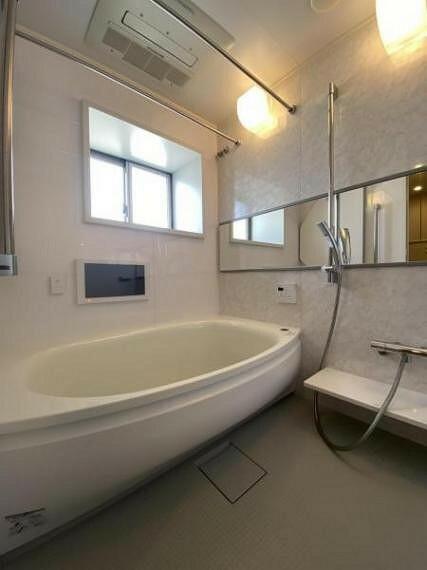 浴室 バスルームには窓や浴室テレビも備わっており、寛ぎの空間です。