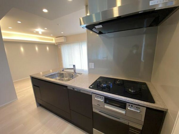 キッチン キッチン写真。 アイランドタイプのゆったりとしたキッチン。 大型のカップボードも備わっております。