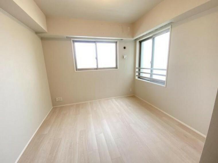 洋室 角部屋で二面に窓があり風通しも良好です。