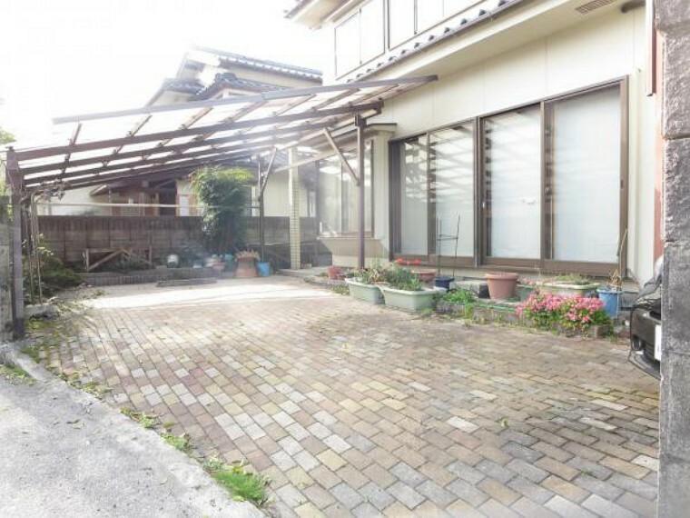 駐車場 【リフォーム中写真】駐車場は2台分あります。ブロック塀を解体し、駐車しやすくします。