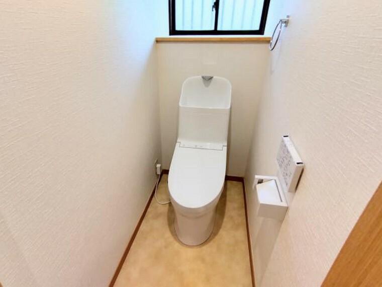 トイレ 【リフォーム後写真】トイレはTOTO製の温水洗浄機能付きに新品交換しました。表面は凹凸がないため汚れが付きにくく、継ぎ目のない形状でお手入れが簡単です。節水機能付きなのでお財布にも優しいですね。