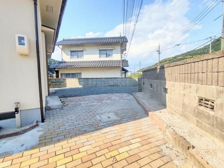 玄関 【リフォーム後写真】別の駐車スペースです。整地をして砕石を敷きました。