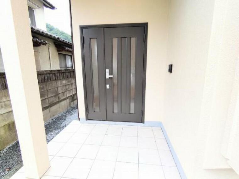 リビングダイニング 【リフォーム後写真】玄関扉はLIXILのドアに新品交換しました。お家の顔となる玄関が新しいと嬉しいですよね。