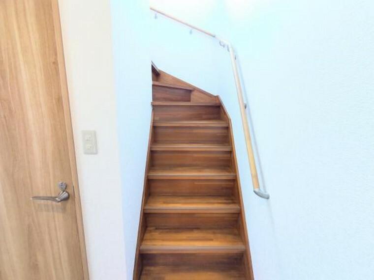 【リフォーム後写真】階段です。クロスを張り替え、床はクリーニングを行いました。手すりも交換予定なのでお子様やご年配の方も安心して昇り降りできますね。