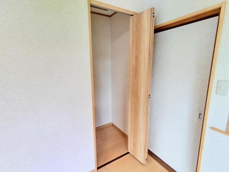 収納 【リフォーム後写真】洋室3に入って右手にあるクローゼットです。床を張り替え、天井と壁のクロスを張り替えました。大切なお洋服をしまっておくことができますね。