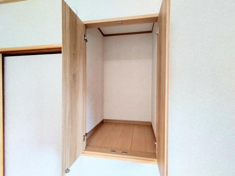 収納 【リフォーム後写真】洋室3に入って左手にあるクローゼットです。床を張り替え、天井と壁のクロスを張り替えました。ちょっとした物を入れておけるスペースがあるのは便利ですね。