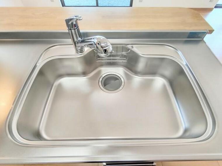 キッチン 【リフォーム後写真】新品交換したキッチンのシンクはサビにくく熱に強いステンレス製です。水はねの音を抑える静音設計で、従来よりもさらに水音が静かになっています。