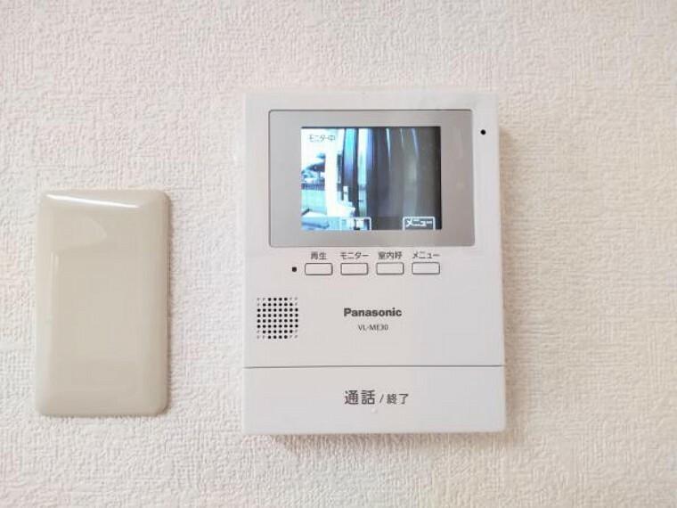 TVモニター付きインターフォン 新しく設置したドアホンはカラーモニター付き。キッチン横に設置のモニターで玄関にいらしたお客様を確認してから応対できます。留守中の来客も記録できるので防犯面でも安心ですね。