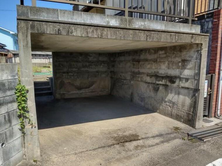 外観・現況 車庫は高圧洗浄でクリーニングしました。玄関前にも駐車スペースがあるので、2~3台駐車可能です。