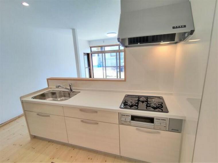 キッチン 【リフォーム済】キッチンは対面式で、ハウステック製のシステムキッチンを新設しました。幅2550ミリのワークトップは人工大理石製なので、耐衝撃に優れています。
