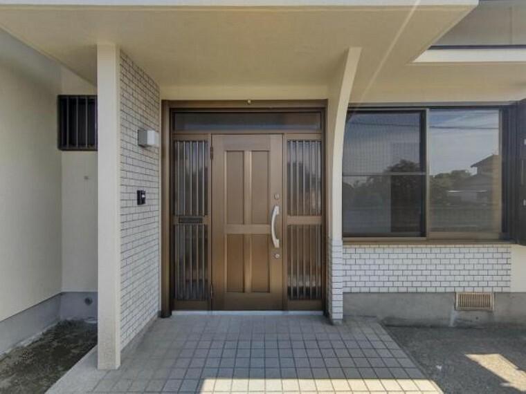 玄関 【リフォーム済】玄関ドアは新品に交換しました。玄関ポーチは屋根付きなので、雨の日でも立ち話ができますね。