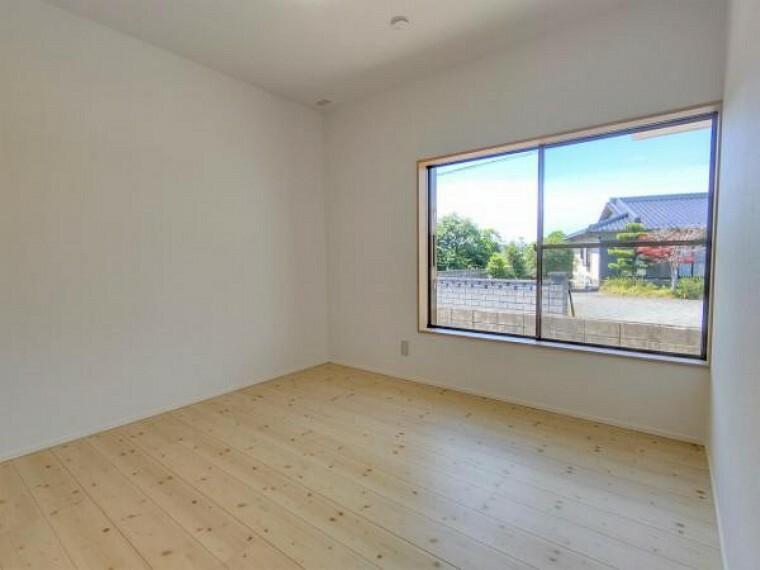 洋室 【リフォーム済】玄関脇にある4.5帖の洋室です。天井・壁のクロスを貼り替え、床はフロアタイルを張り替えました。大きな窓があるので、明るく過ごしやすい空間になっています。