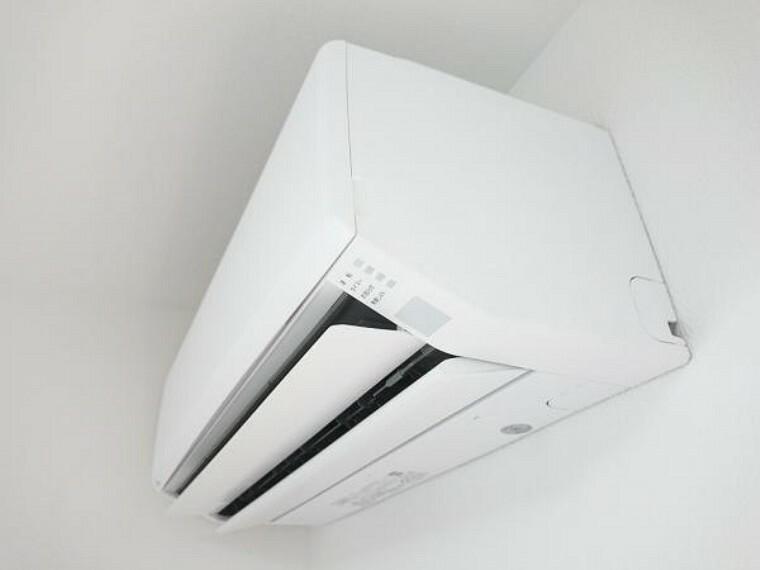 専用部・室内写真 【同仕様写真】新生活の強い味方。富士通製の新品エアコン1台を設置してお引渡し致します。