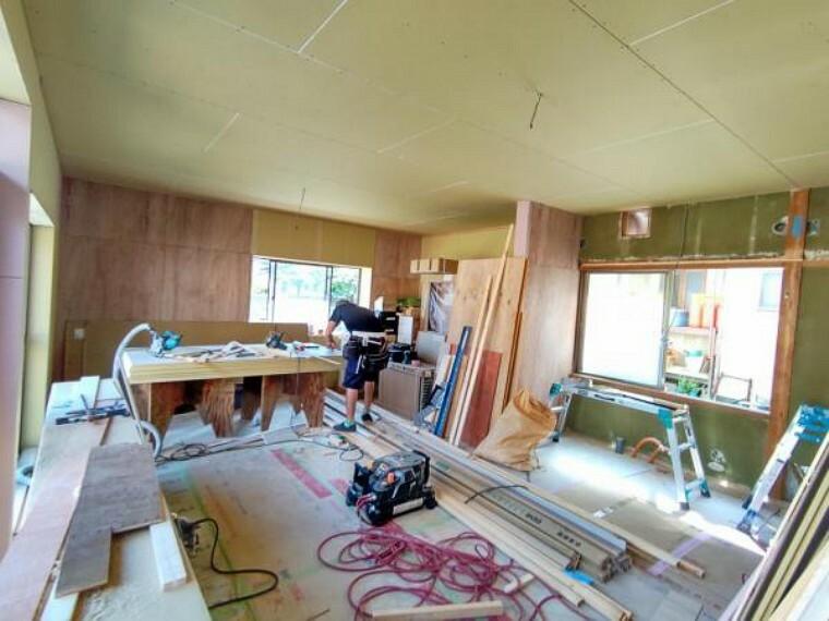 居間・リビング (リフォーム中)和室2間続きの空間は16帖のLDK間取変更を行います。壁天井のクロスと床のフローリングを貼り換えますので、パッと明るいリビングへ生まれ変わりますよ。