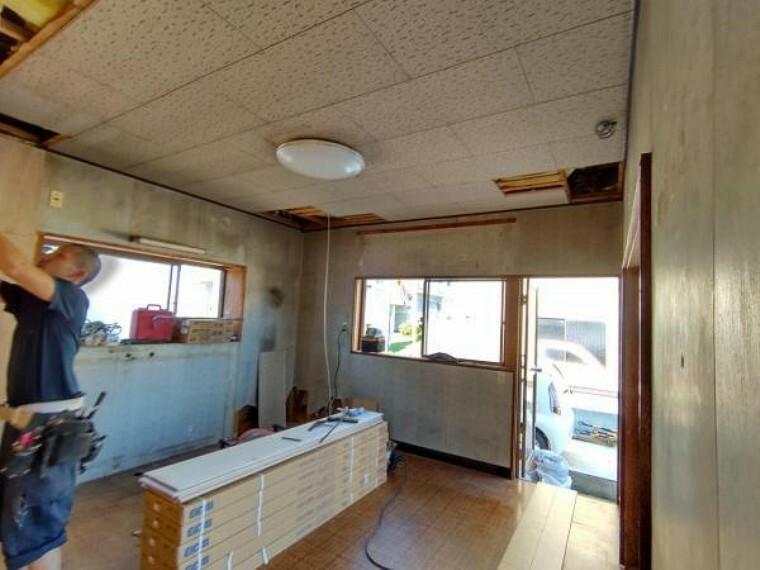 (リフォーム中)1階の7帖洋室はフローリング張替え、壁、天井クロス張替え、照明も交換します。1坪のクローゼットを新しく設置するので、お部屋が広く使うことができますね。