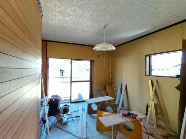 (リフォーム中)2階の7帖洋室はフローリング張替え、壁、天井はクロス張替えを行います。照明器具もシーリングライトへ交換し、収納もクローゼットを交換します。南側に物干しがあるのでお天気の良いときにはお布団も干す事ができますよ。
