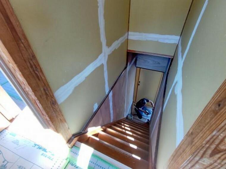 (リフォーム中)階段は壁、天井のクロスを張替え、照明も交換します。手すりを新設しますので、お子様は高齢の方でも安心ですね。