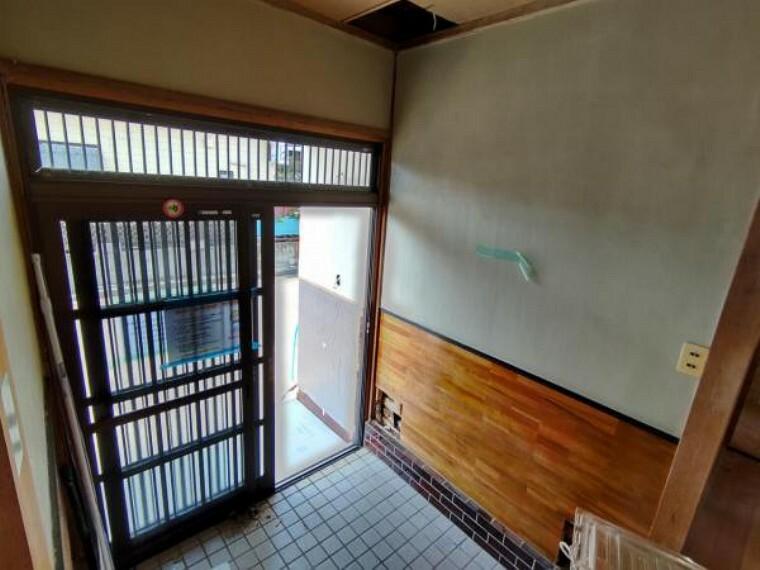 (リフォーム中)玄関ホールはフローリング張替え、壁と天井のクロス張替えを行います。シューズボックスを設置します。お客様を迎える玄関は明るくスッキリとした印象になります。