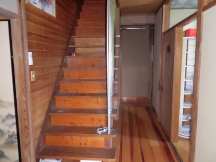 【リフォーム中】1階から2階への階段の様子です。
