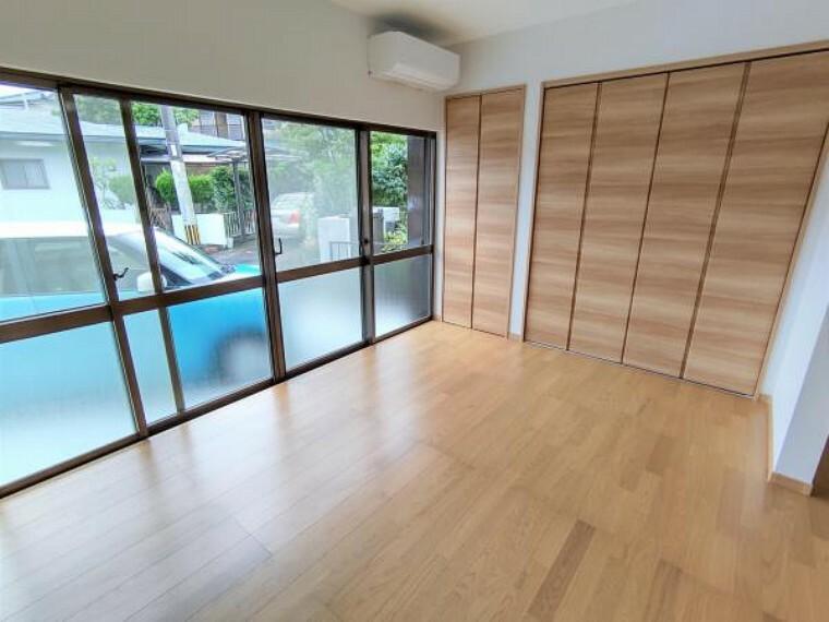居間・リビング 【リビング:リフォーム済写真】和室を洋室に変更し、ダイニングとつなげて12帖のLDKに変更しました。床はフローリングの重ね張りと張り替え、壁と天井はクロスの張り替えを行い、明るいリビングに生まれ変わりました。